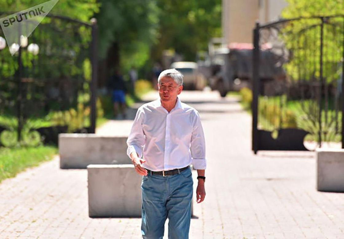 Бішкек маңындағы Атамбаевтың үйіне жақтастары бетон тақтайлар, матрастар мен киіз үйлер әкелді (фото)