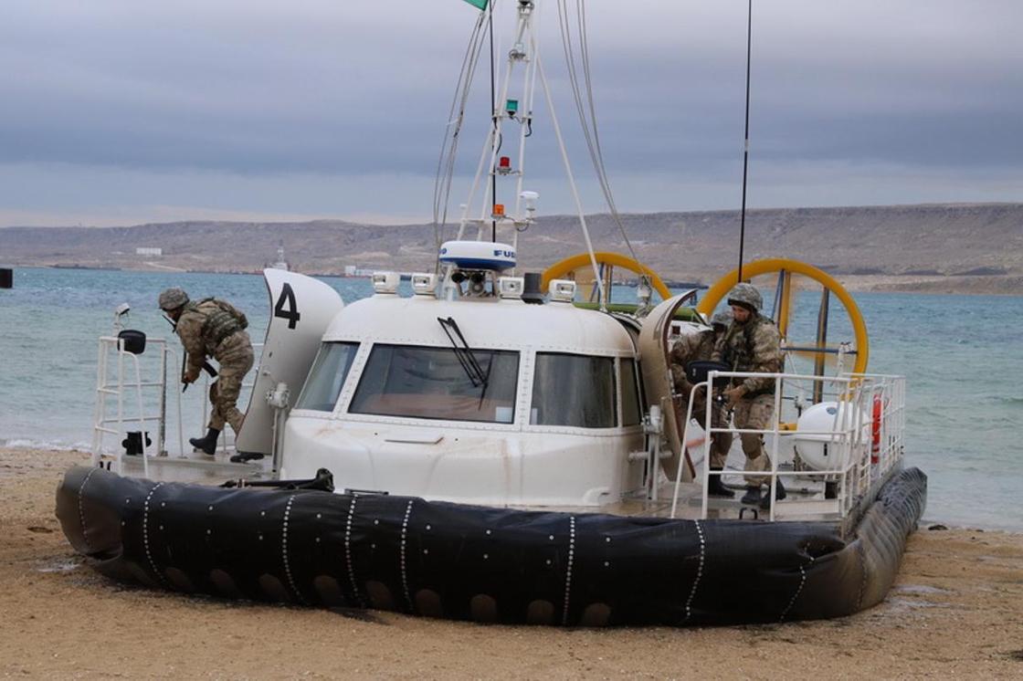 В Мангистау на двух военных катерах подняли флаги