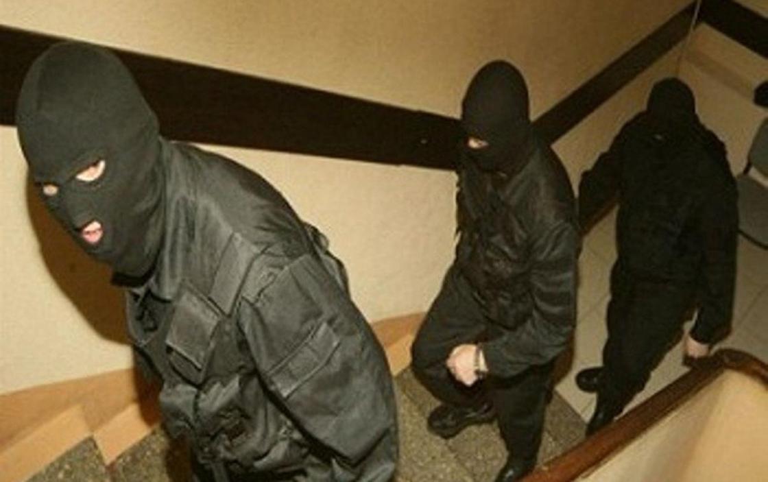 Трое в масках ворвались в квартиру и отняли карточку с деньгами у жителя Сарани