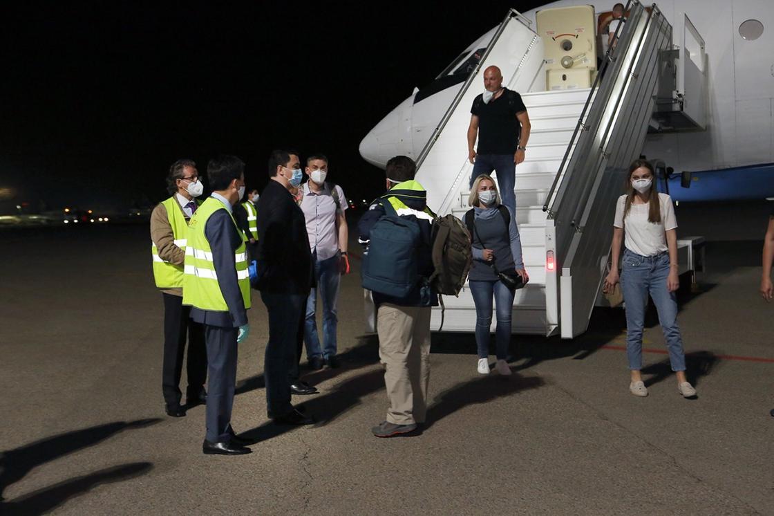 Российские врачи прибыли в Алматы для борьбы с коронавирусом
