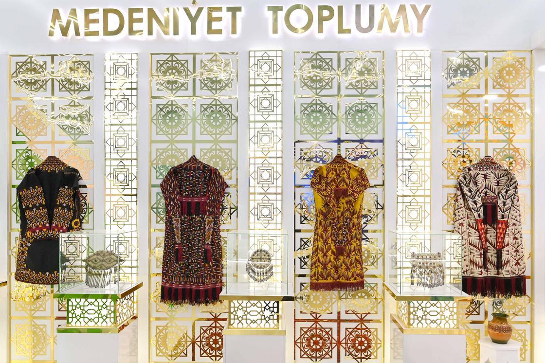 Национальные костюмы на выставке национальных товаров стран Центральной Азии