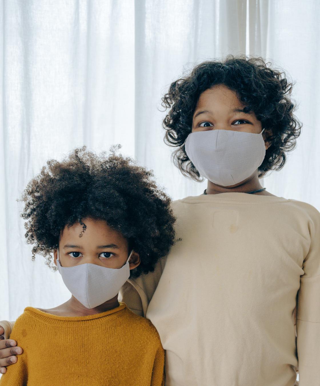 Двое детей в маскахи