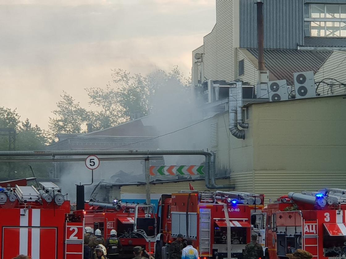 Пожарные машины прибыли на место пожара
