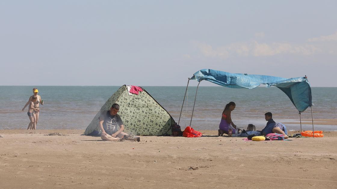 Люди сидят в палатке