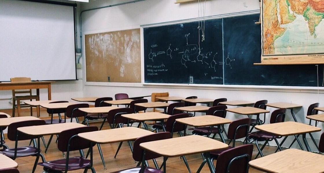 Разные по высоте парты предлагает устанавливать в учебных классах депутат