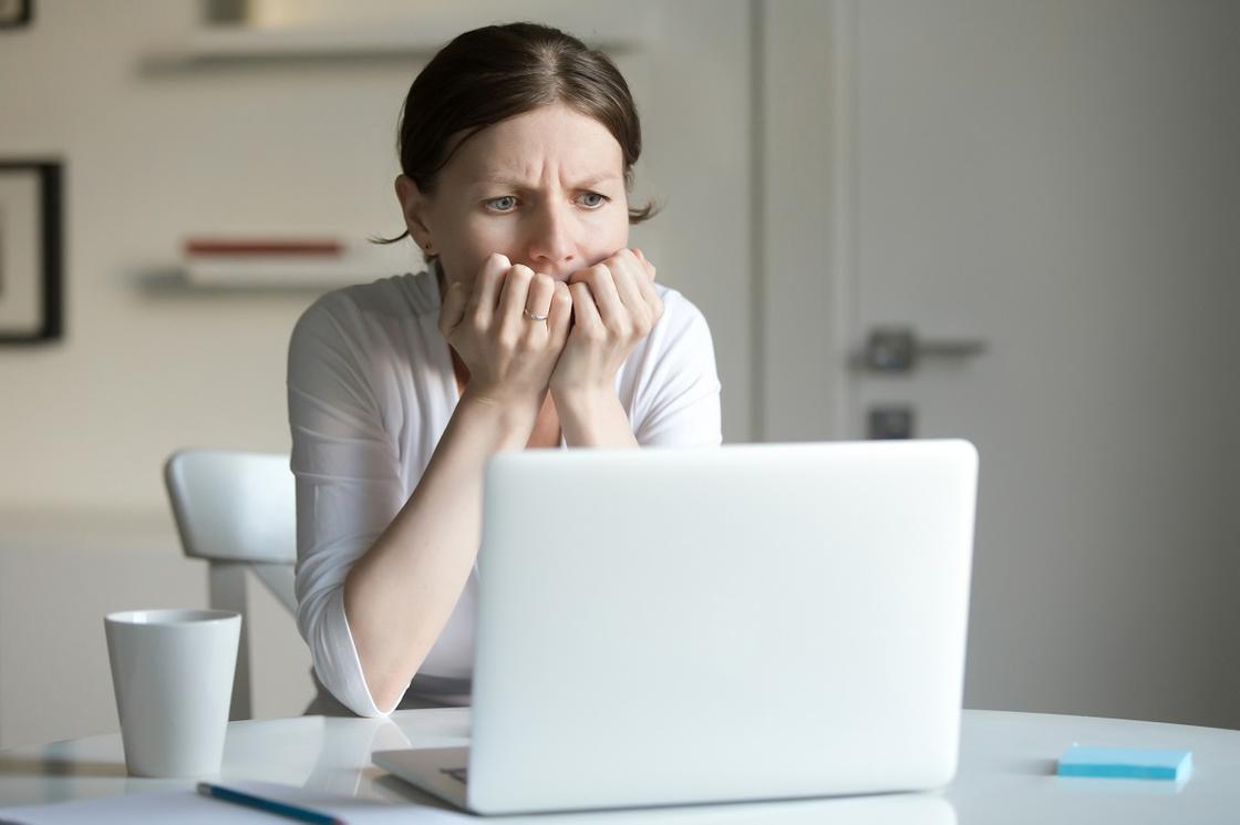 Женщина сидит за ноутбуком