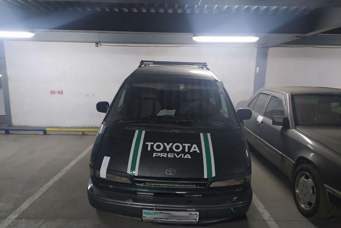 Тойота стоит на парковке