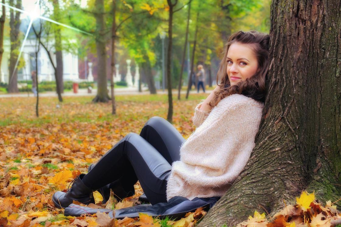 Девушка сидит под деревом