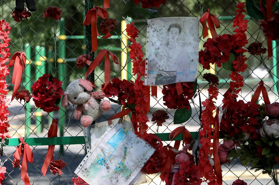 «Моя бабушка была его воспитательницей»: алматинцы несут цветы к месту гибели Тена (фото)