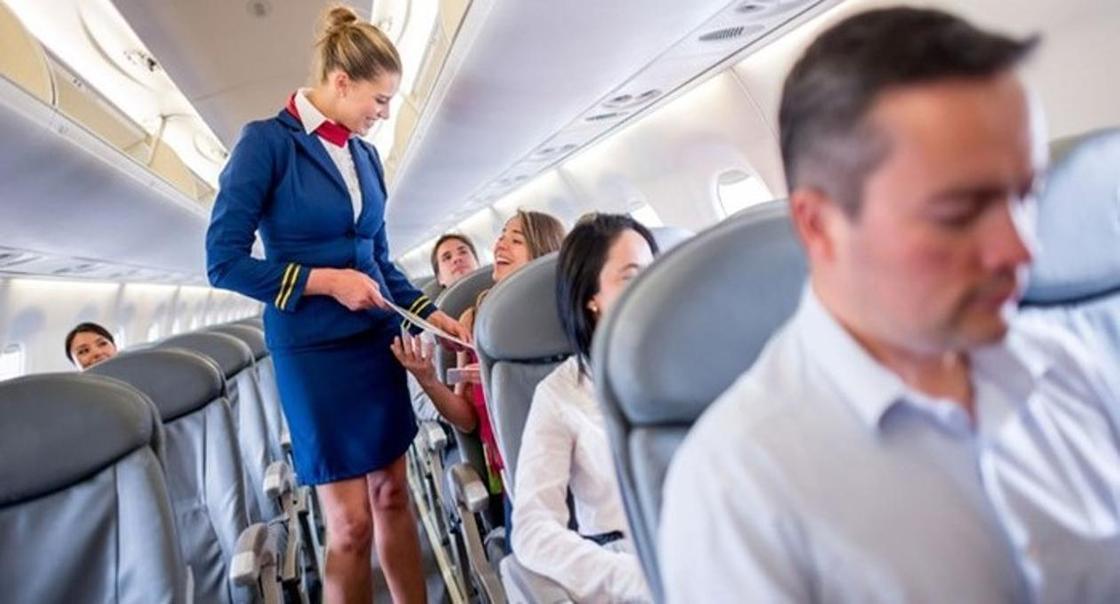 Какое место в самолете выбрать тем, кто боится летать, рассказали эксперты