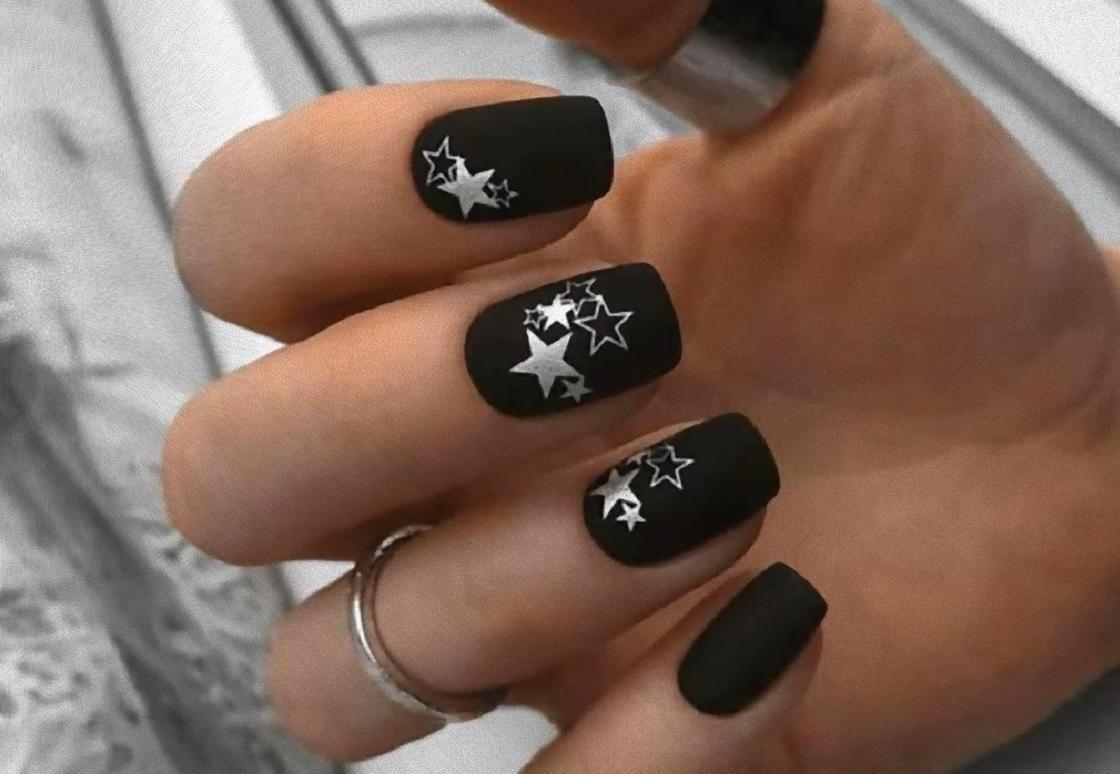 Черный маникюр на квадратных ногтях со звездами