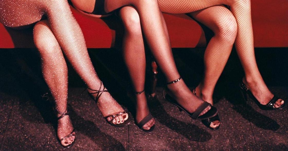 Закрыл глаза на проституток: в Алматы во взятке в 900 тысяч тенге подозревают полицейского