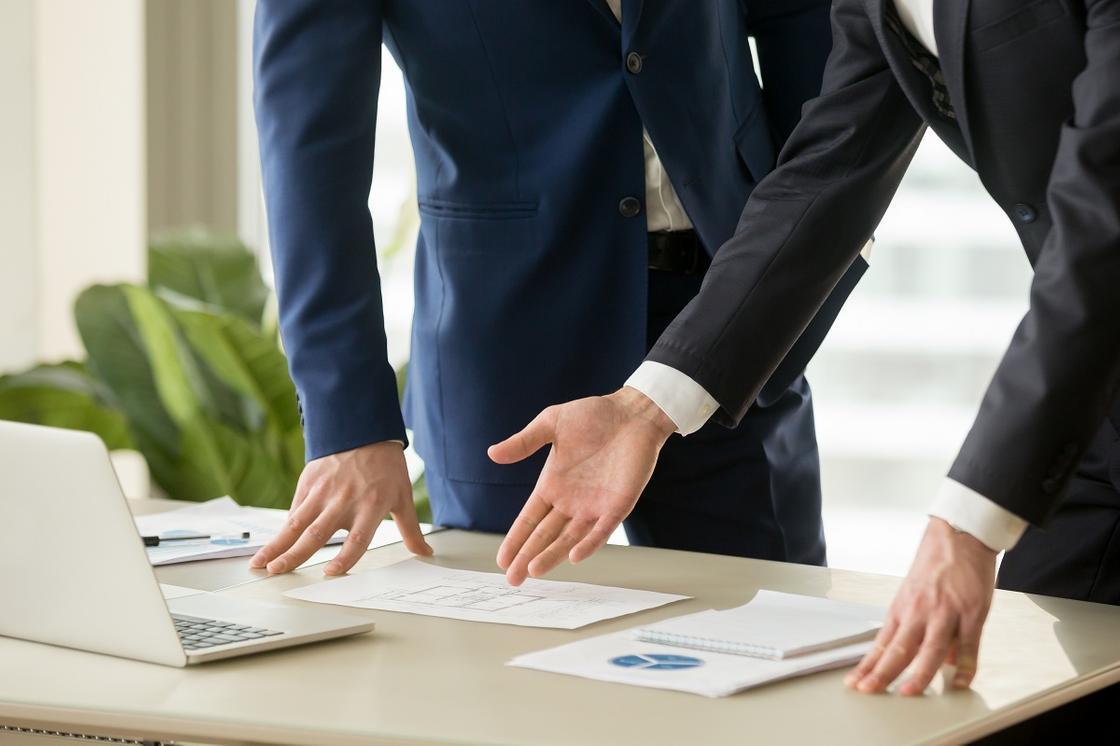 Клиент и судоисполнитель обсуждают условия оплаты