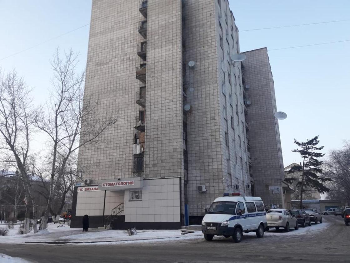 Женщина упала в шахту лифта и разбилась насмерть в Павлодаре (фото)