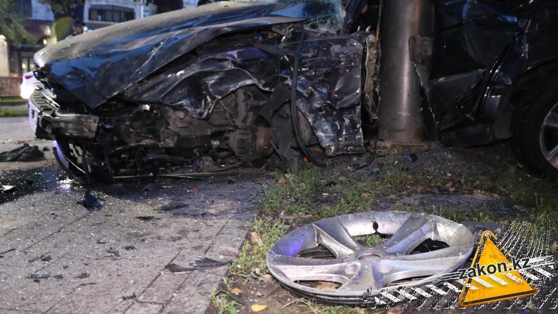 Один погиб, четверо пострадали: жуткая авария произошла в Алматы