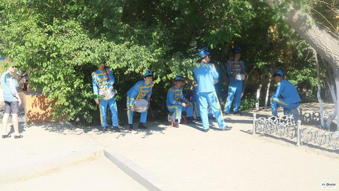 """""""Мұрындарынан қан кетті"""": Атыраудағы шеру кезінде оқушыларға күн тиген (фото)"""