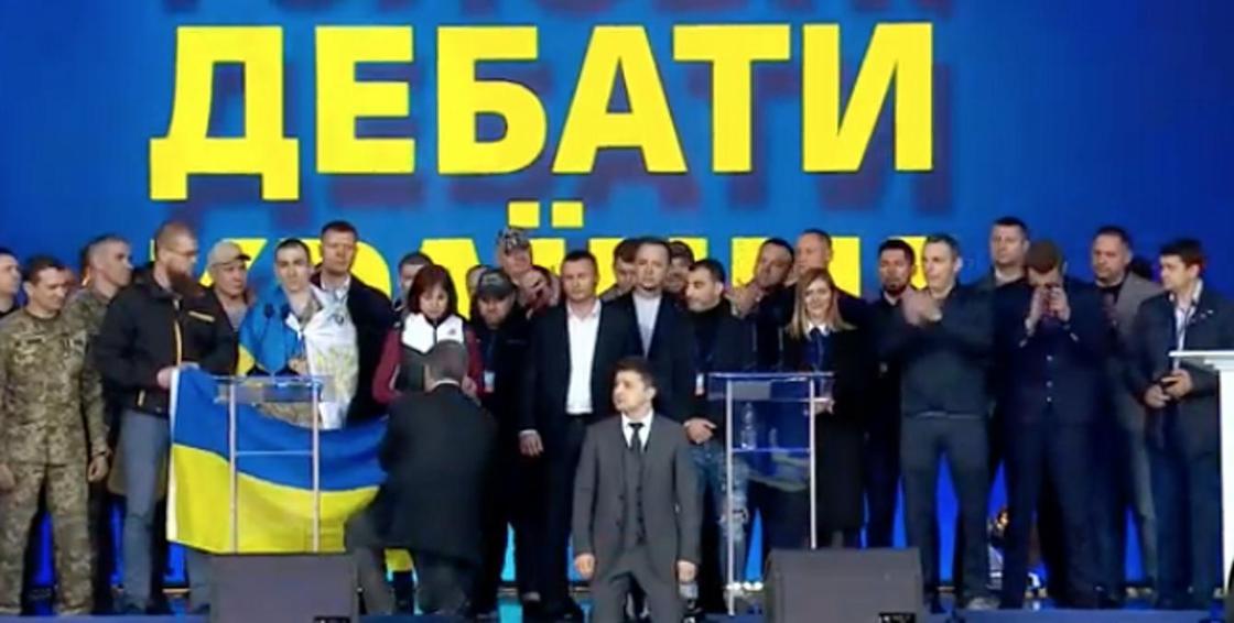Выборы в Украине: Порошенко встал на одно колено и спиной к зрителям