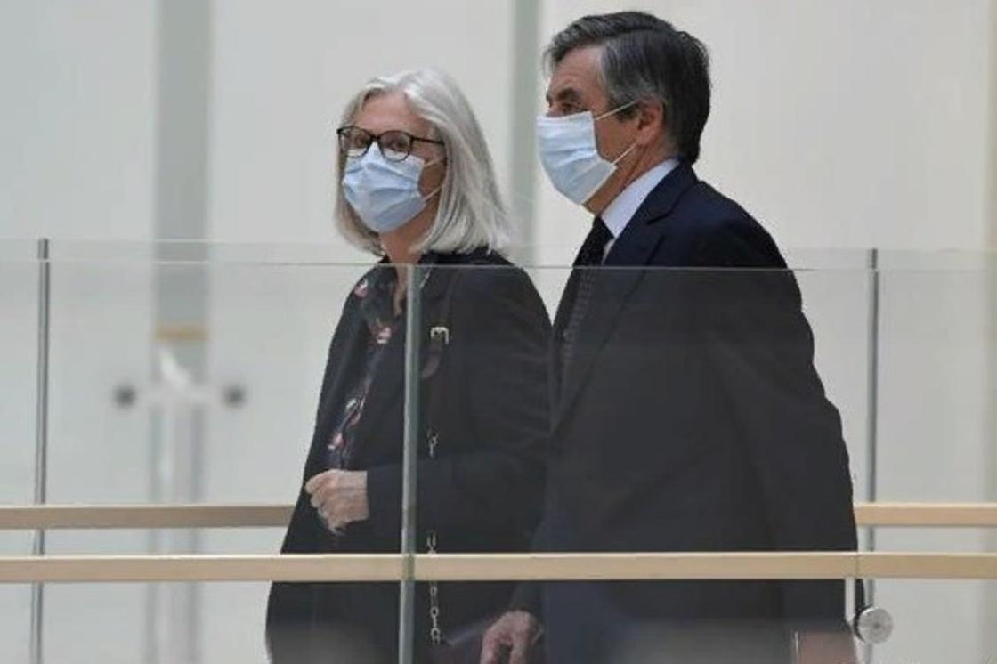 Франция экс-премьер-министрі әйелін жұмысқа жалған орналастырғаны үшін жауапқа тартылды