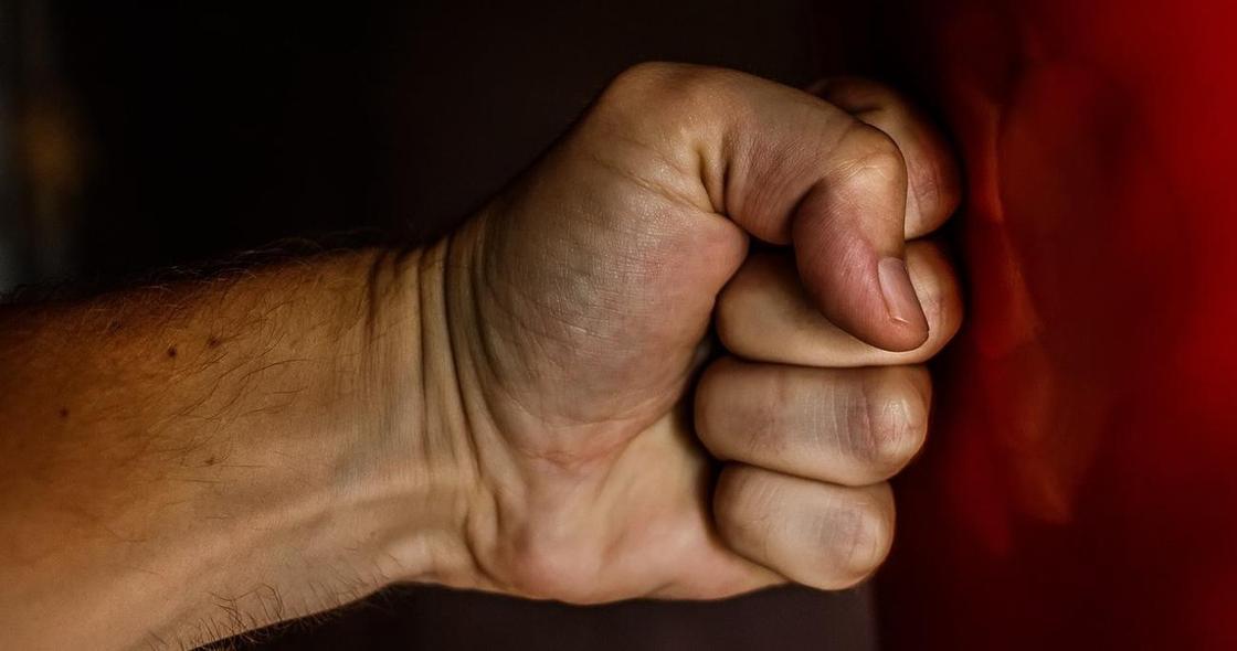 Житель Актобе избивал мать и обманом получил от нее дарственную на дом