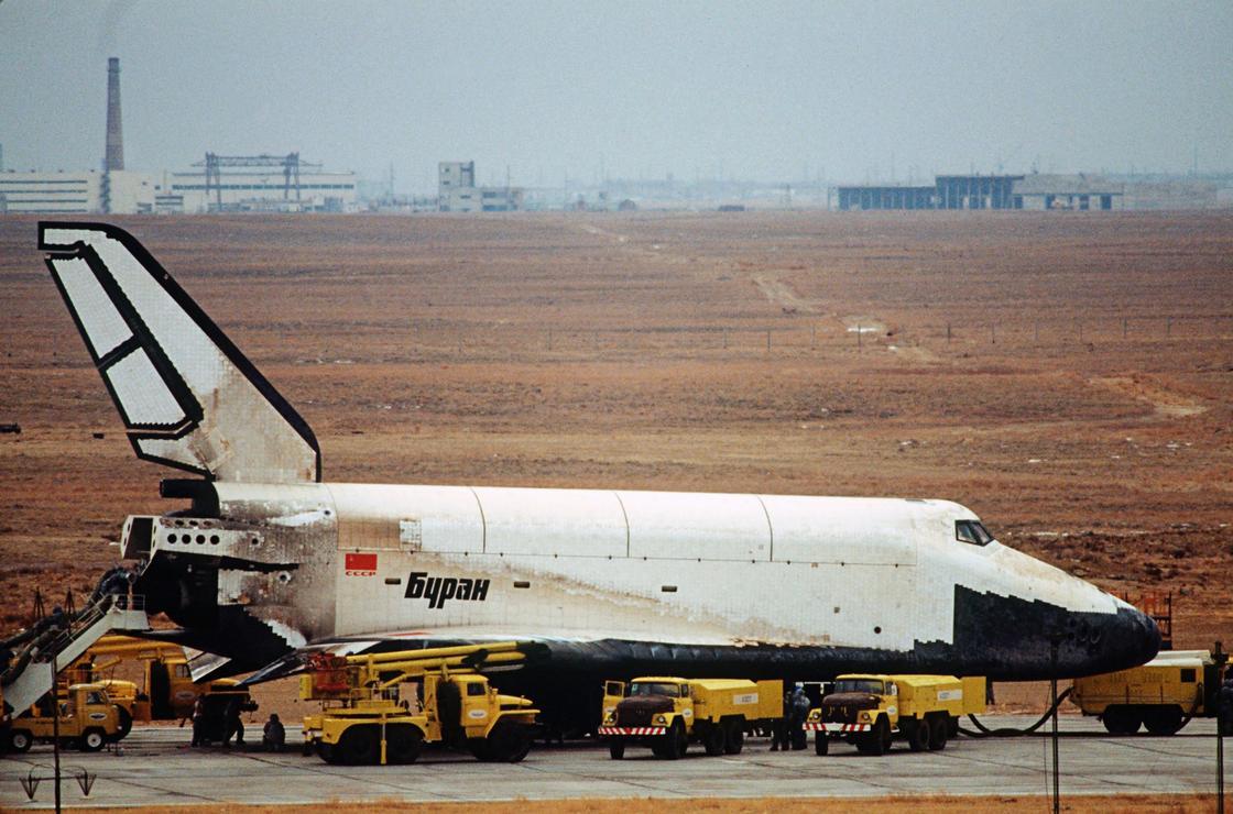 """Орбитальный корабль """"Буран"""", выполнивший двухвитковый полет по орбите вокруг Земли."""