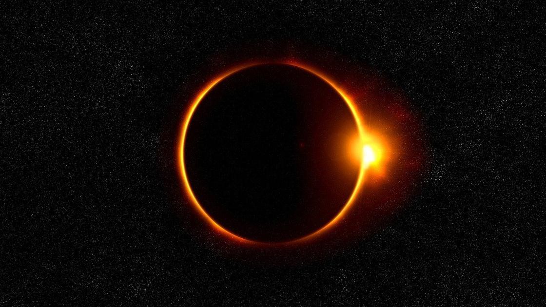 Огненное кольцо: последнее солнечное затмение этого года сняли на видео