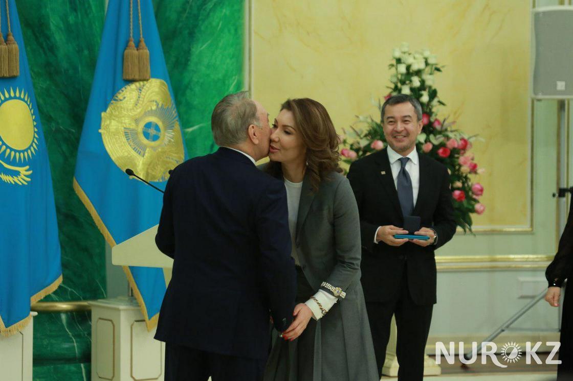 Нурсултан Назарбаев поцеловал Алию Назарбаеву во время вручения премии