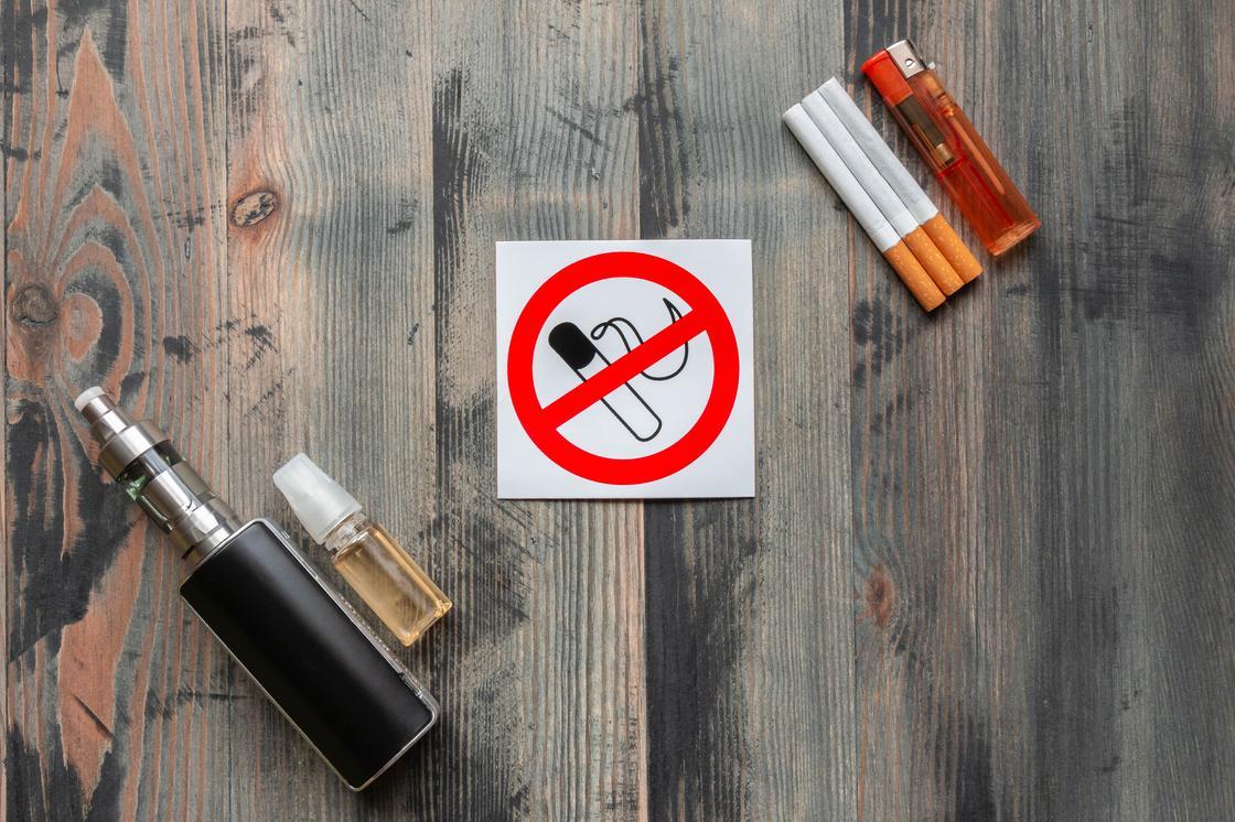"""Знак """"Курить запрещено"""" лежит рядом с табачными изделиями"""
