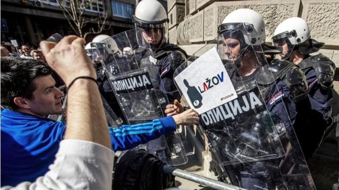"""""""Умрем, но скинем"""": протестующие в Сербии блокировали резиденцию президента Вучича"""