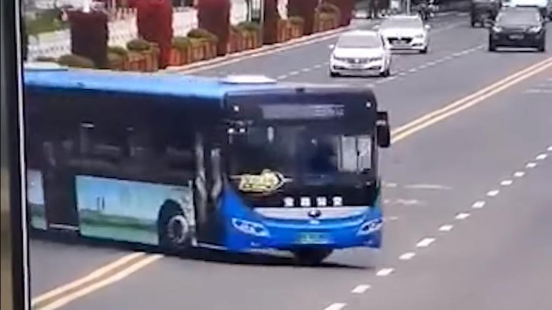 В Китае автобус упал с моста: 21 человек погиб (видео)