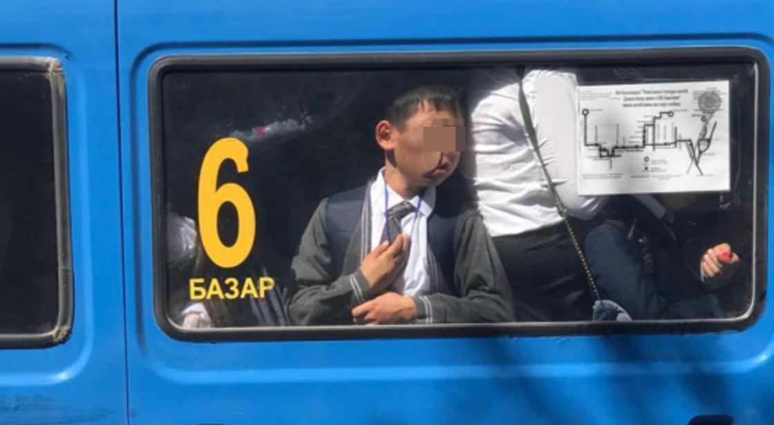 """Фото """"прилипшего"""" лицом к окну школьника в заполненной маршрутке взволновали Казнет"""