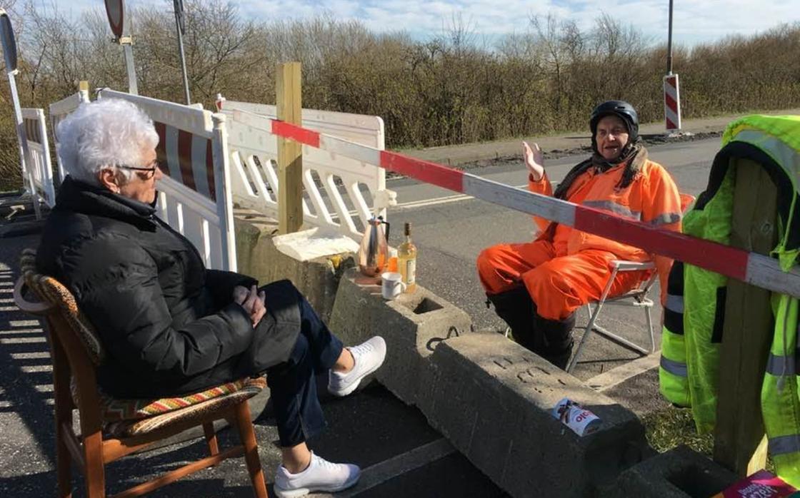 Коронавирус не помеха для любви: пенсионеры угощают друг друга кофе на границе