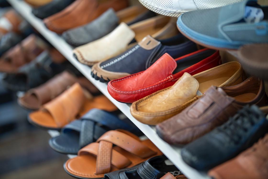 Обувь из цветной кожи