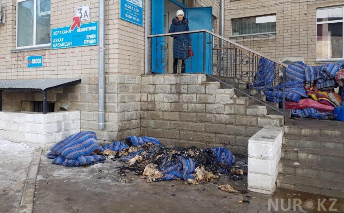 500 человек эвакуировали из-за пожара в роддоме Актобе (фото)