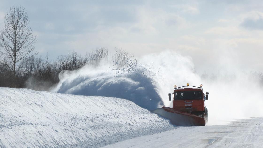 """""""Зимой сложно - много снега"""": КазАвтоЖол не успевает чистить дороги в стране"""