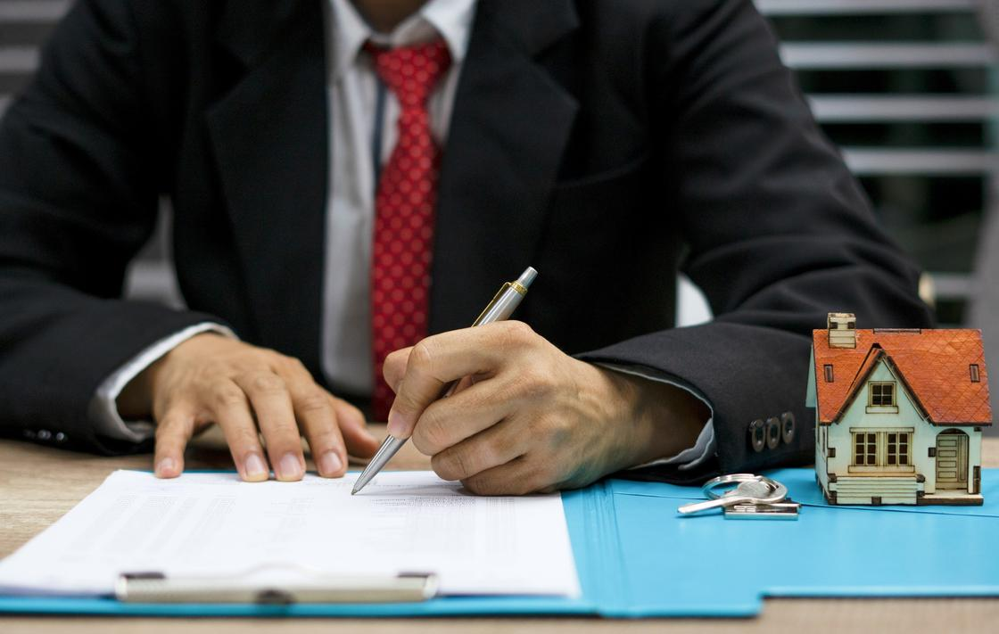 Мужчина подписывает жилищный договор