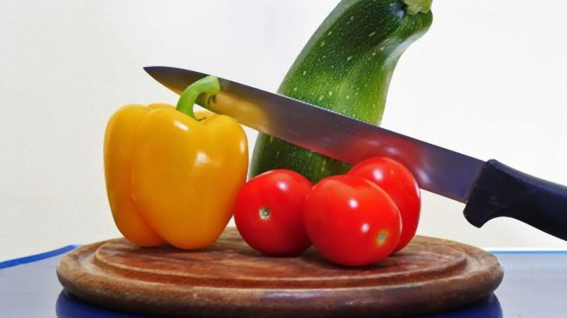 Кабачок, болгарский желтый перец, три помидора и нож