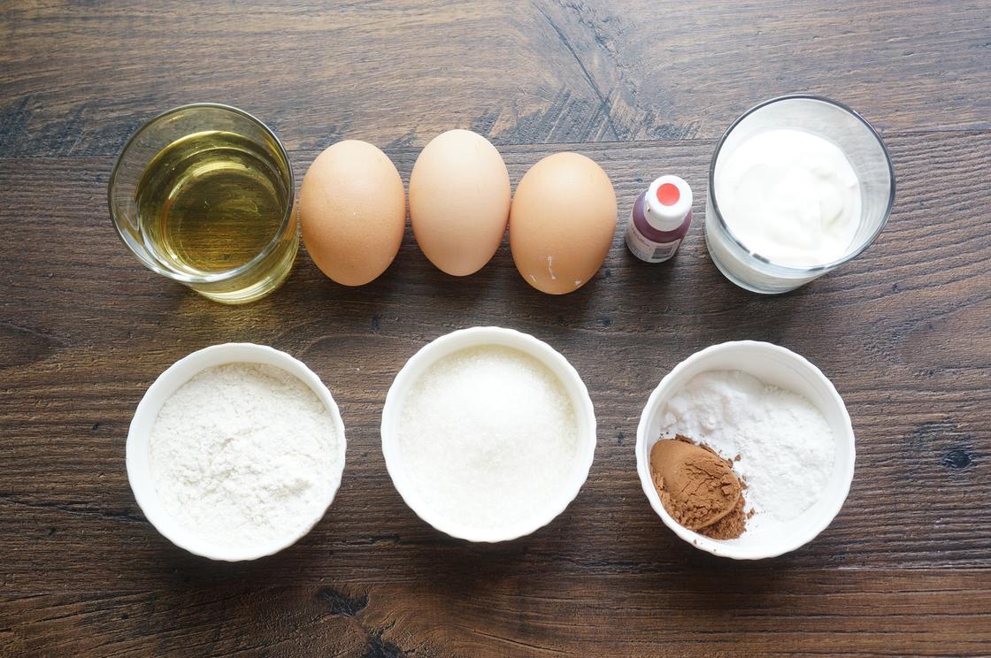 Ингредиенты для бисквита: яйца, мука, масло, какао-порошок, кефир