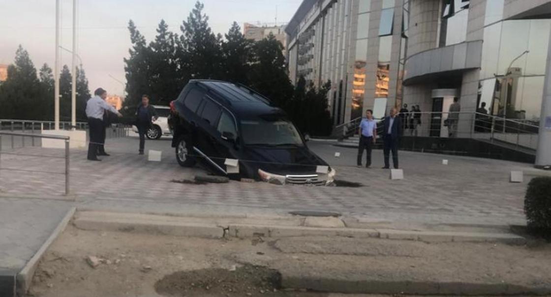 Внедорожник провалился под брусчатку в Актау
