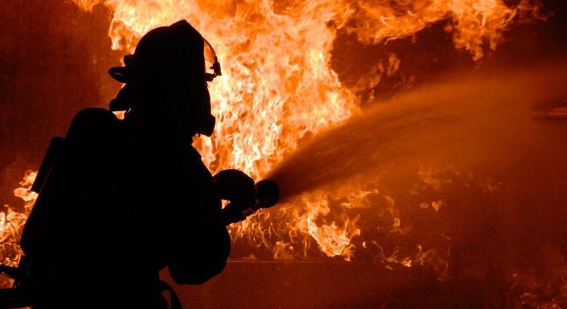 Три квартиры сгорели: обгоревшего мужчину нашли пожарные в Караганде