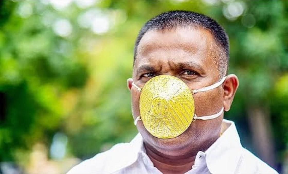 Защитную маску из золота за 4 тыс. долларов носит любитель золотых украшений из Индии