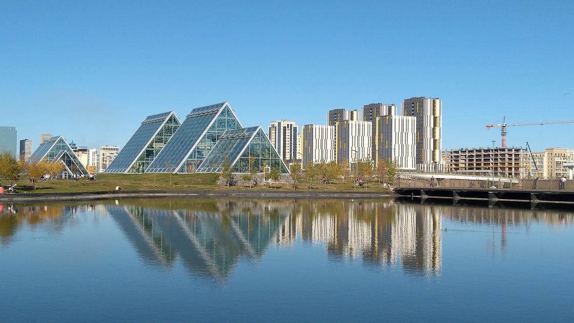 Современные здания в городе