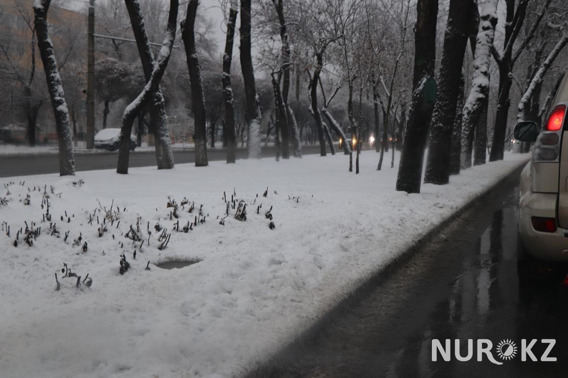 Алматы засыпало снегом после проливного дождя (фото)