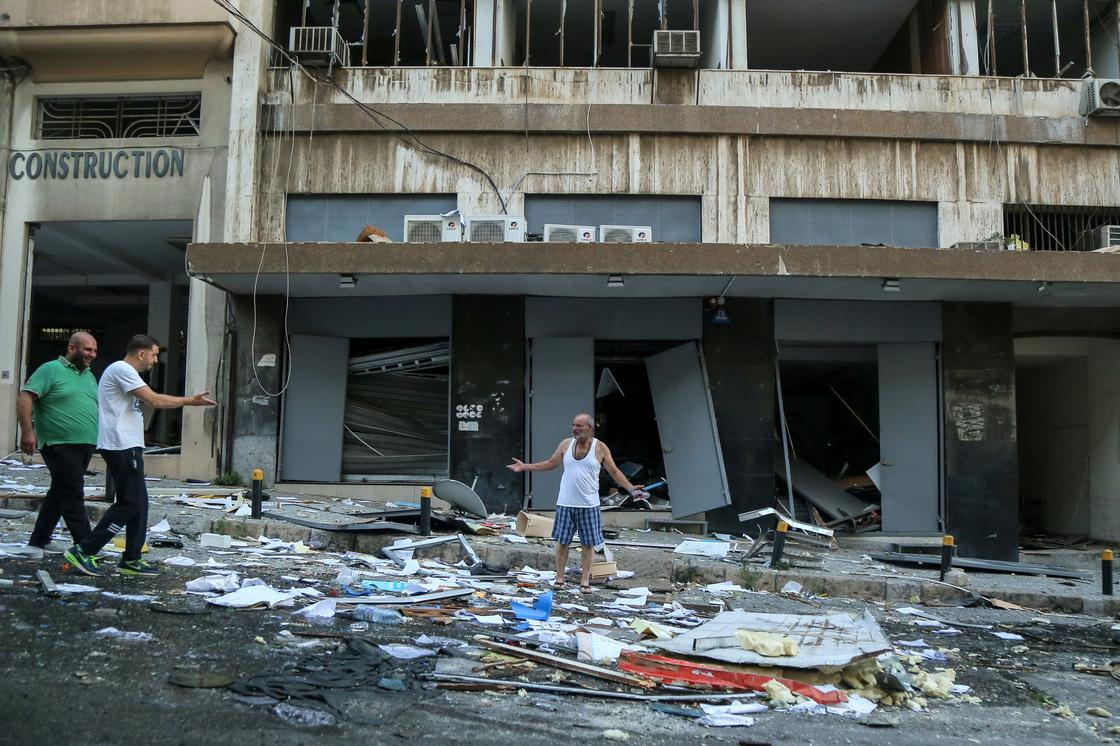 Взрыв в порту уничтожил половину Бейрута (фото)