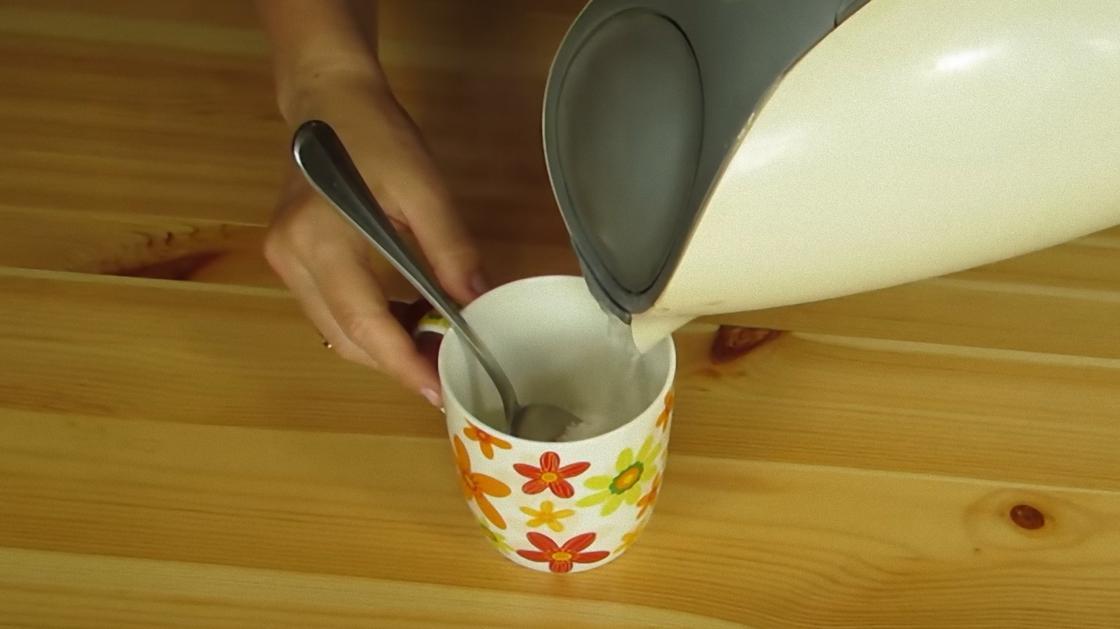 В чашку с солью наливают воду из чайника