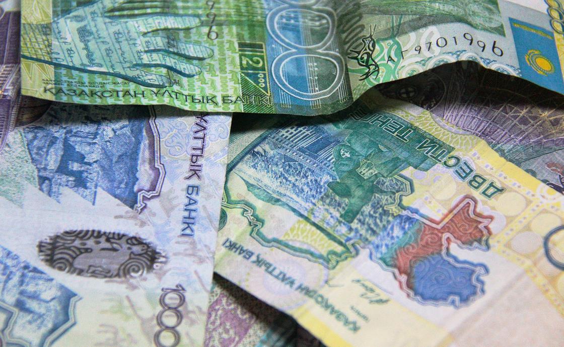 Курс доллара перевалил за 386 тенге в обменниках