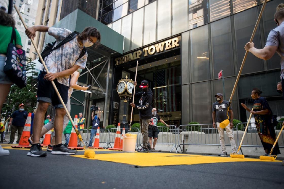 Напротив башни Трампа в Нью-Йорке появилась надпись Black Lives Matter