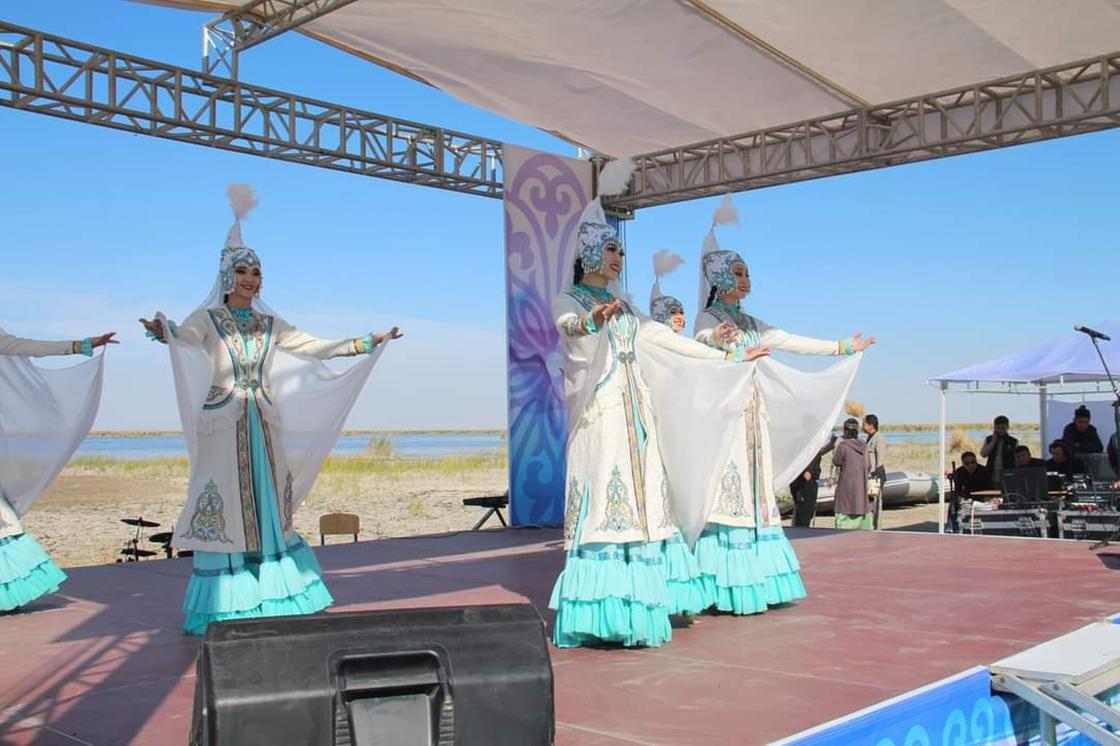 Девушки танцуют в национальных нарядах