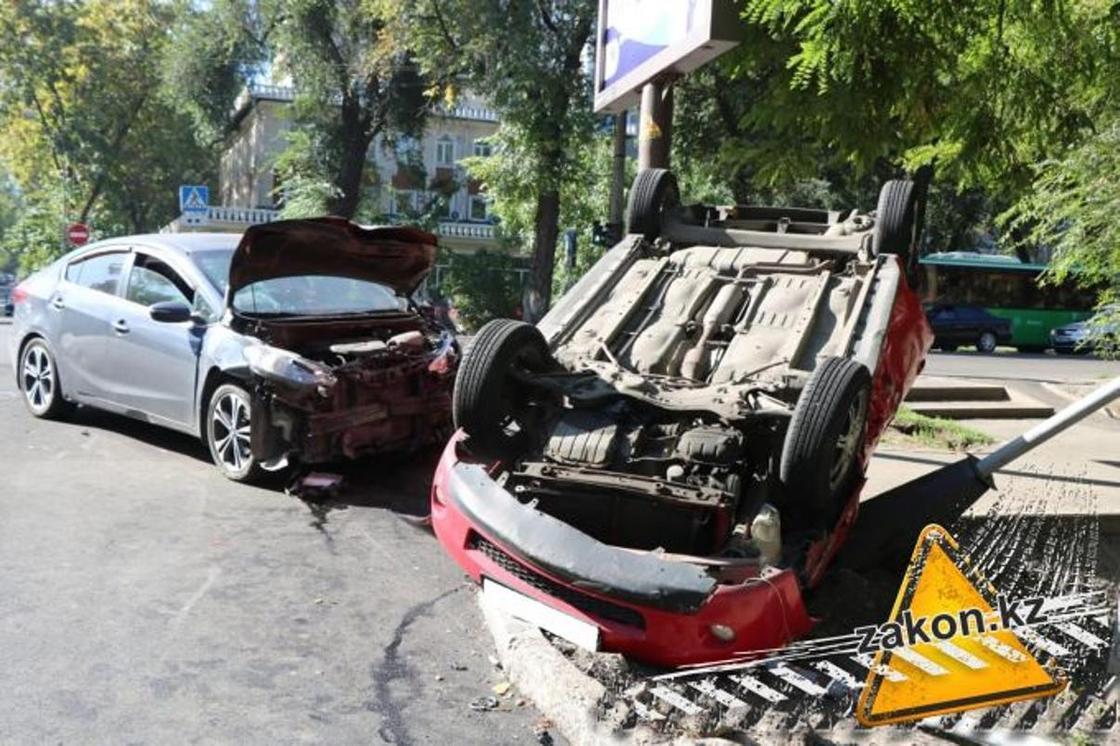 Легковушка перевернулась, снесла столб и светофор в Алматы (фото)