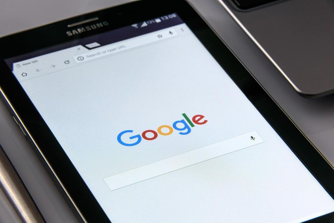 Открытый поисковить Google на планшете