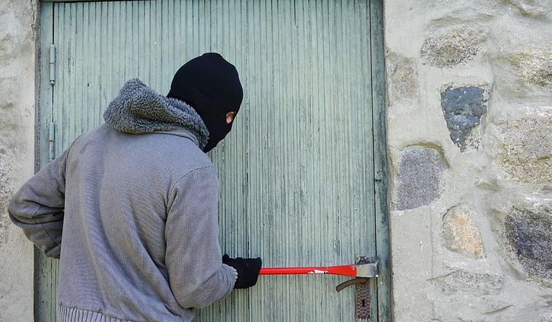 Двое разбойников с ножами напали на магазин в Жезказгане